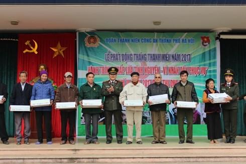 Thiếu tướng Bạch Thành Định cùng các đại biểu trao quà cho các hộ có công, gia đình nghèo, chính sách