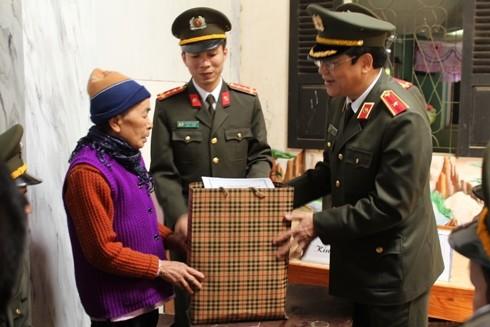 Thiếu tướng Bạch Thành Định và đoàn công tác thăm hỏi tặng quà gia đình chính sách trên địa bàn