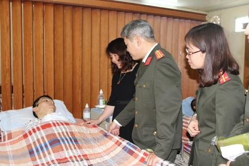 Chỉ huy và CBCS Phòng Bảo vệ chính trị I thăm hỏi và động viên đồng chí Trịnh Anh Hiếu, cán bộ Phòng Bảo vệ chính trị I bị thương trong khi làm nhiệm vụ