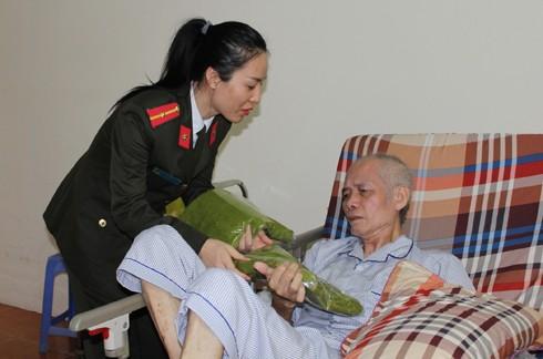 Những món quà nhỏ nặng nghĩa tình đã đến với từng người già trong Trung tâm Nhân Ái
