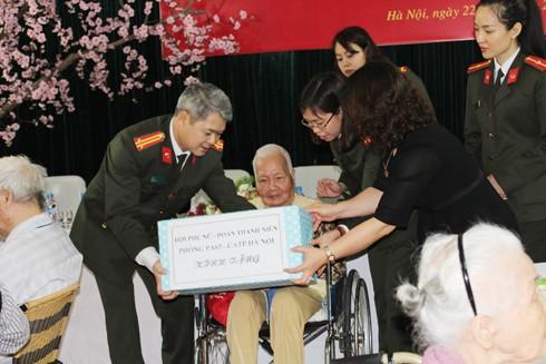 Thăm hỏi và tặng quà các cụ già đang điều trị tại Trung tâm