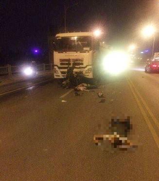 Hai nạn nhân nằm gầm xe bồn và 1 người văng ra xa (Ảnh otofun)