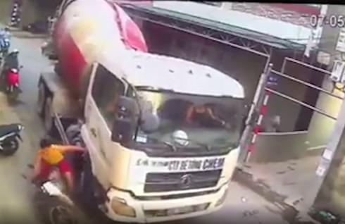 Hình ảnh xe tải chèn đầu xe khiến người phụ nữ loạng choạng được ghi lại trong clip (ảnh cắt từ clip)