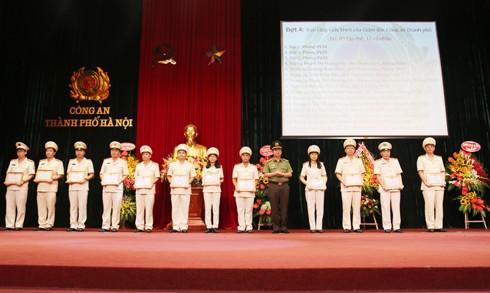 Đại tá Đào Thanh Hải trao bằng khen của Thủ tướng Chính phủ cho Thượng tá Vũ Bá Xiêm, Phó chánh thanh tra CATP (ảnh trên) và giấy khen của Giám đốc CATP cho các tập thể và cá nhân có thành tích trong công tác thanh tra