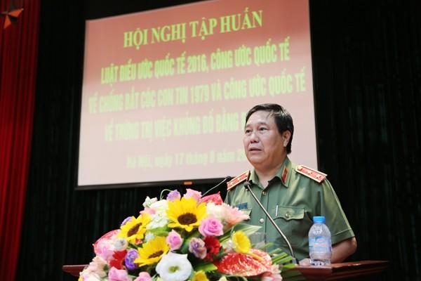 Trung tướng Nguyễn Ngọc Anh, Cục trưởng Cục Pháp chế và hỗ trợ tư pháp Bộ Công an giảng bài tại hội nghị
