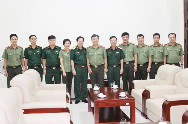 Tại buổi gặp mặt, lãnh đạo 2 đơn vị đã trao đổi một số thông tin về tình hình ANCT, TTATXH trên địa bàn