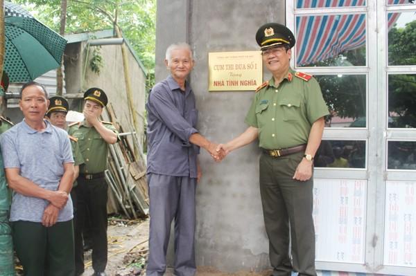Thiếu tướng Bạch Thành Định chúc mừng ông Nguyễn Đức Thính có căn nhà mới