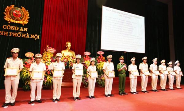 Thiếu tướng Đinh Văn Toản trao Giấy khen của Giám đốc CATP cho các cá nhân