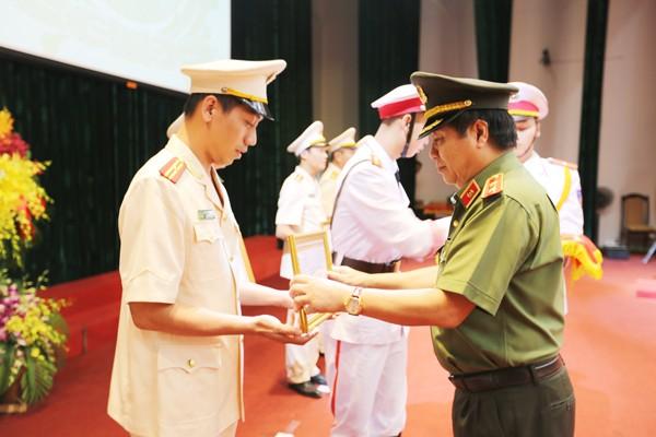 Trung tướng Nguyễn Ngọc Anh trao tặng giấy khen của Cục Pháp chế và cải cách hành chính, tư pháp cho tập thể, CBCS có thành tích