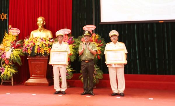 Thiếu tướng Đoàn Duy Khương, Giám đốc CATP trao Bằng khen của Thủ tướng Chính phủ cho Phòng Pháp chế và cải cách hành chính, tư pháp