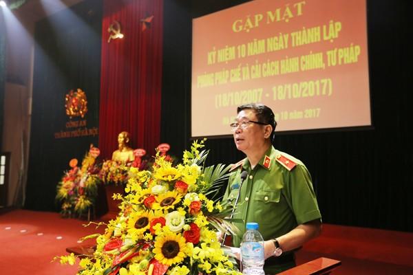 Thiếu tướng Đinh Văn Toản, Phó Giám đốc CATP đọc diễn văn ôn lại truyền thống Phòng Pháp chế và cải cách hành chính, tư pháp