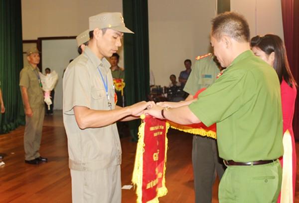 Đại tá Nguyễn Thanh Tùng, Trưởng CAQ Bắc Từ Liêm trao Giải Nhì cho đội thi của Ban Bảo vệ dân phố phường Minh Khai