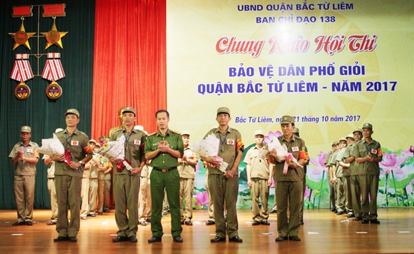 Thượng tá Đào Anh Sơn, Phó trưởng CAQ Bắc Từ Liêm, trưởng ban giám khảo trao giải chuyên đề cho 4 phần thi xuất sắc nhất