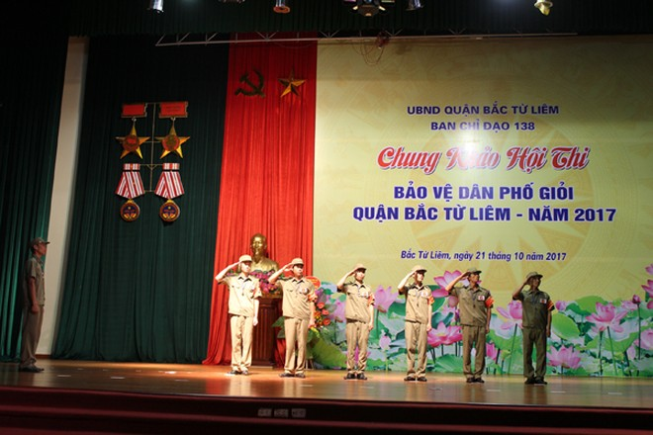 Phần thi điều lệnh đội ngũ Ban bảo vệ dân phố phường Minh Khai đã giành giải xuất sắc nhất