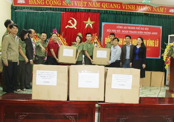 Trung tá Nguyễn Thị Dung trao tặng món quà cho đại diện thầy và trò THPT Yên Định 1, huyện Yên Định