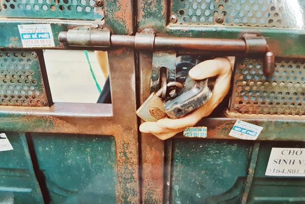 Đối tượng Lê Văn Công thực hiện lại hành vi dùng kìm thủy lực cắt khóa các khu trọ
