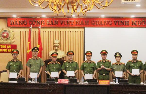 Thiếu tướng Đinh Văn Toản thay mặt Đảng ủy Ban Giám đốc CATP thưởng nóng cho các đơn vị tham gia khám phá vụ trọng án