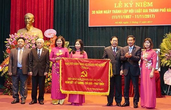Ông Lê Hồng Sơn thay mặt Thành ủy, UBND, HĐND TP đã trao tặng bức trướng của Thành ủy cho Hội Luật gia TP