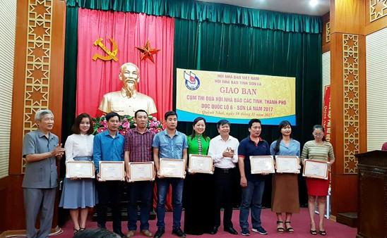 Ông Nguyễn Viêm Hoàng, Phó Chủ tịch Thường trực Hội Nhà báo TP Hà Nội và ông Lê Tuấn, Phó Chủ tịch Hội Nhà báo tỉnh Sơn La trao giải cho các tác giả có tác phẩm đạt giải C