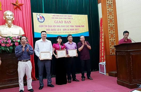 Ông Lê Huy Nghĩa, Chủ tịch Hội Nhà báo tỉnh Sơn La và ông Nguyễn Văn Mai, Chủ tịch Hội Nhà báo tỉnh Lai Châu trao giải A cho các tác giả đạt giải cuộc thi viết về du lịch Tây Bắc