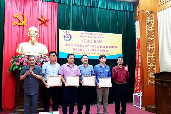 Ông Nguyễn Vân Chương, Chủ tịch Hội Nhà báo tỉnh Điện Biên và ông Trần Dũng, Phó Chủ tịch Hội Nhà báo tỉnh Sơn La trao giải cho các tác giả có tác phẩm đạt giải B