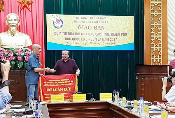 Bàn giao cờ luân lưu đơn vị Cụm trưởng từ Hội Nhà báo tỉnh Sơn La cho Hội Nhà báo tỉnh Hòa Bình
