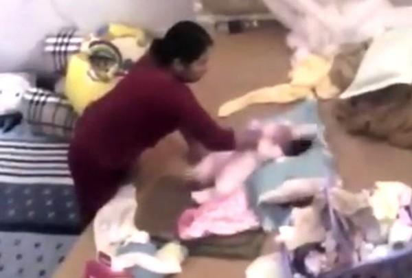 Bà Hàn tát em bé sơ sinh (hình ảnh được cắt từ clip chị P đăng tải)