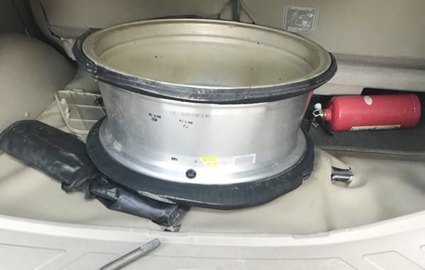 Chiếc la-zăng đã bị cắt phần lốp được Sùng A Lòng mang về chuẩn bị cho chuyến hàng sau