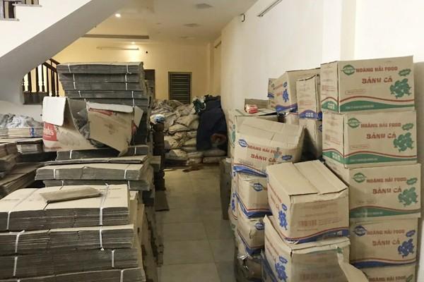 Ruột những thùng bánh hết hạn sử dụng sẽ được thay thế bằng những chiếc hộp mới, dập hạn mới