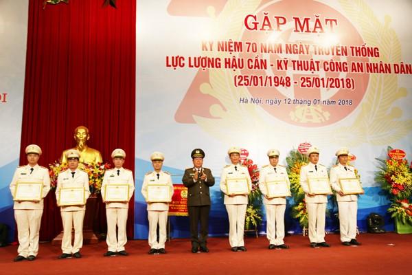 Thứ trưởng Bùi Văn Thành trao khen thưởng cho các tập thể và cá nhân có thành tích xuất sắc