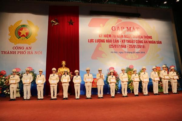Thiếu tướng Đoàn Ngọc Hùng, Phó Giám đốc CATP trao Giấy khen của Giám đốc CATP cho các tập thể và cá nhân có thành tích xuất sắc