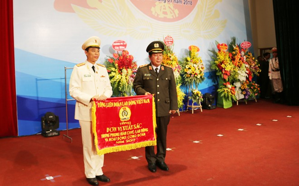 Trung tướng Bùi Văn Thành trao Cờ đơn vị xuất sắc trong phong trào Công nhân viên lao động và hoạt động công đoàn năm 2017 cho lực lượng Hậu cần kỹ thuật CATP Hà Nội