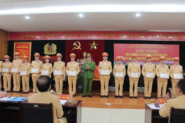 Thiếu tướng Đinh Văn Toản, Phó Giám đốc CATP trao danh hiệu Đơn vị Quyết thắng cho các tập thể