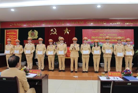 Đại tá Đào Vịnh Thắng, Trưởng phòng CSGT đường bộ, đường sắt trao danh hiệu Chiến sỹ thi đua cho các CBCS