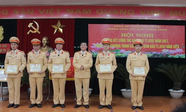 Thiếu tướng Nguyễn Ngọc Tuấn, Phó Cục trưởng Cục CSGT đường bộ, đường sắt (Bộ Công an) trao Giấy khen của Cục cho các cá nhân có thành tích xuất sắc