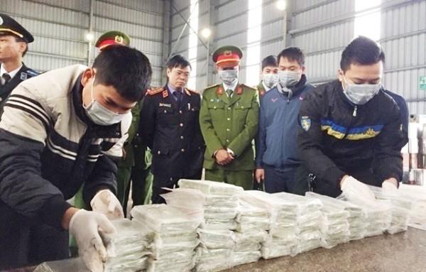 Lực lượng chức năng kiểm đếm số ma túy được mang ra tiêu hủy