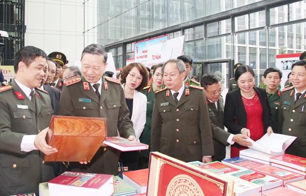 Bộ trưởng Tô Lâm cùng các đại biểu, học viên và CBCS trong lực lượng CAND tham quan triển lãm sách với chủ đề 70 năm CAND học tập, thực hiện Sáu điều Bác Hồ dạy