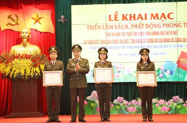 Bộ trưởng Tô Lâm trao Bằng khen của Bộ trưởng Bộ Công an cho tác giả có bài dự thi đạt Giải Đặc biệt và 2 tác giả đạt Giải Nhất cuộc thi viết tìm hiểu tư tưởng Hồ Chí Minh về CAND