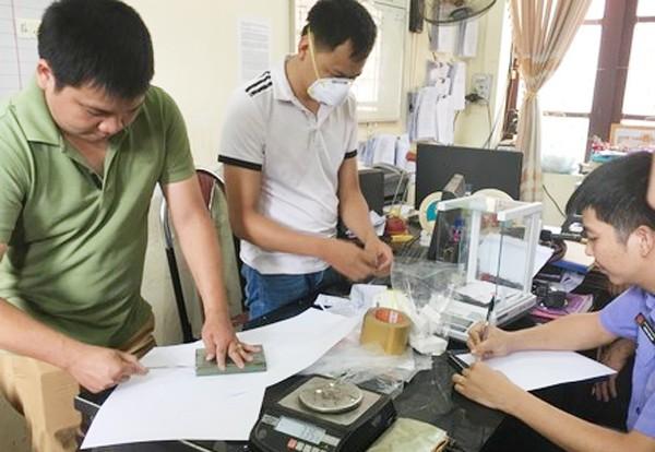 Lực lượng chức năng giám định số ma túy bị thu giữ