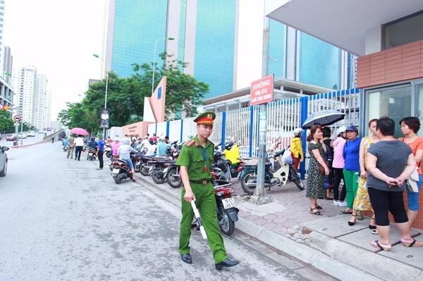 Lực lượng CAQ Cầu Giấy phối hợp đảm bảo ANTT bên ngoài cổng trường thi
