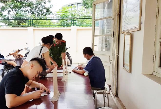 Lực lượng Cảnh sát QLHC về TTXH - CAQ Nam Từ Liêm bố trí cán bộ hướng dẫn người dân nhằm tránh khai sai, mất thời gian