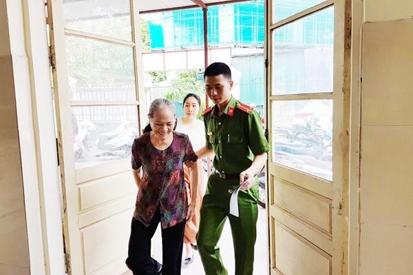 Giúp đỡ người già khi đến trụ sở cấp CCCD