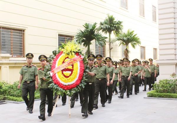 Đoàn CBCS Phòng An ninh chính trị nội bộ dâng vòng hoa tại Đài tưởng niệm các Anh hùng liệt sỹ Công an Thủ đô