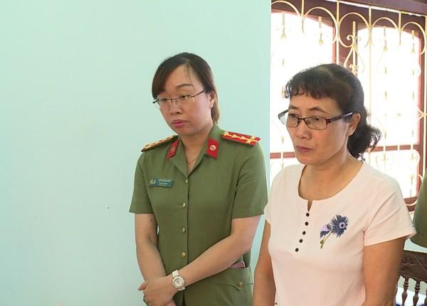 Bà Nguyễn Thị Hồng Nga (áo trắng) tại thời điểm nghe Cơ quan ANĐT Công an tỉnh Sơn La đọc lệnh bắt