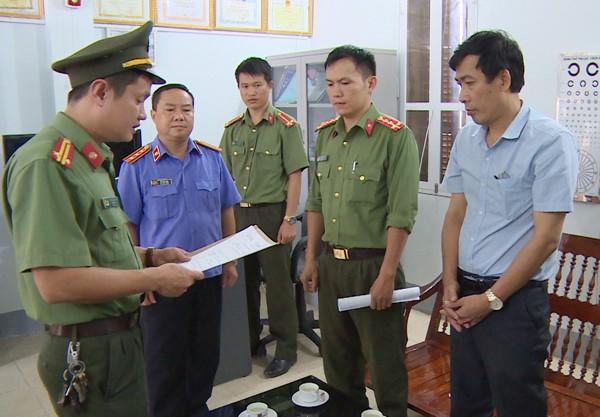 Cơ quan ANĐT Công an tỉnh Sơn La đọc lệnh bắt và tạm giam ông Đặng Hữu Thủy
