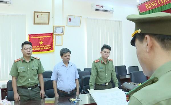 Cơ quan ANĐT Công an tỉnh Sơn La đọc lệnh bắt và tạm giam ông Lò Văn Huynh