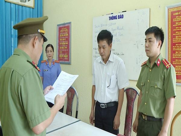 Cơ quan ANĐT Công an tỉnh Sơn La đọc quyết định khởi tố bị can và cấm đi khỏi nơi cư trú đối với ông Trần Xuân Yến và bà Cầm Thị Bụn Som