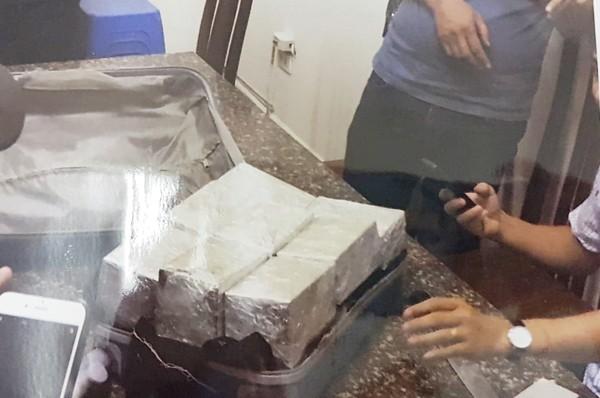 Heroin được xếp gọn trong chiếc va ly (Ảnh cơ quan công an cung cấp)
