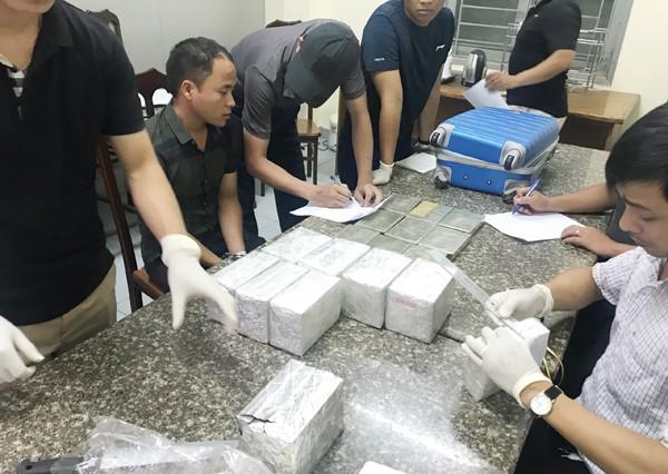 Lực lượng CAQ Đống Đa và Phòng Kỹ thuật hình sự CATP Hà Nội đang kiểm đếm số lượng ma túy thu giữ của Lầu A Chứ và Lầu A Chìa