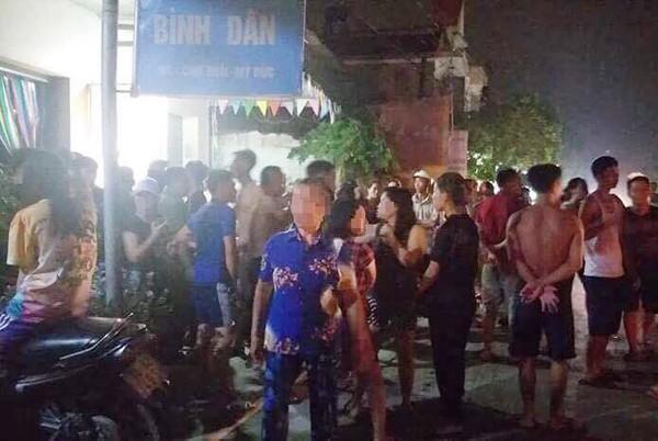 Rất đông người dân hiếu kỳ đã vây xung quanh hiện trường vụ án